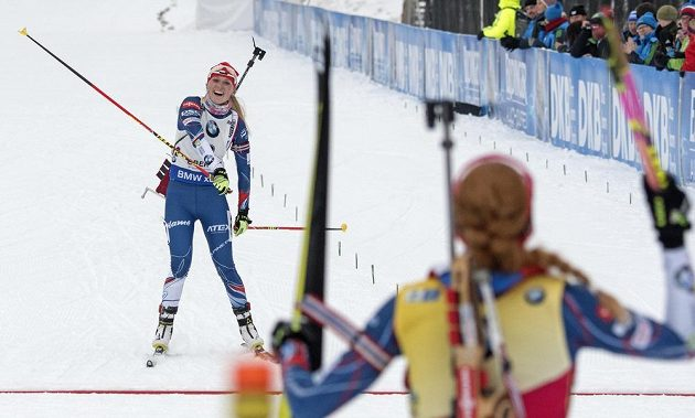 Vítězka Gabriela Koukalová vítá v cíli závodu s hromadným startem třetí Evu Puskarčíkovovu.