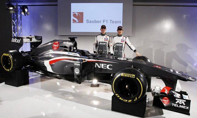 Jezdci stáje Sauber Nico Hülkenberg (vlevo) a Esteban Gutierrez pózují u monopostu C32.
