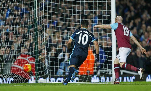 Sergio Aguero z Manchesteru City právě vstřelil svůj druhý gól do sítě West Hamu v zápasu 23. kola anglické Premier League.