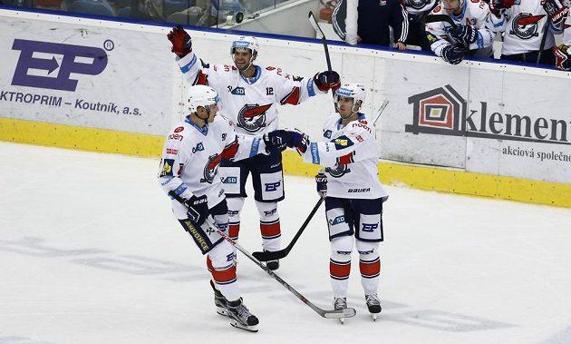 Chomutovský útočník Roman Červenka (vpravo) slaví se spoluhráči Martinem Rýglem (uprostřed) a Ondřejem Dlapou gól proti Zlínu.