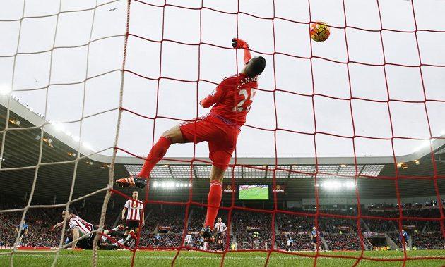 Benik Afobe z Bournemouthu překvapil svým zakončením brankáře Vita Mannoneho ze Sunderlandu v zápase 23. kola anglické Premier League.