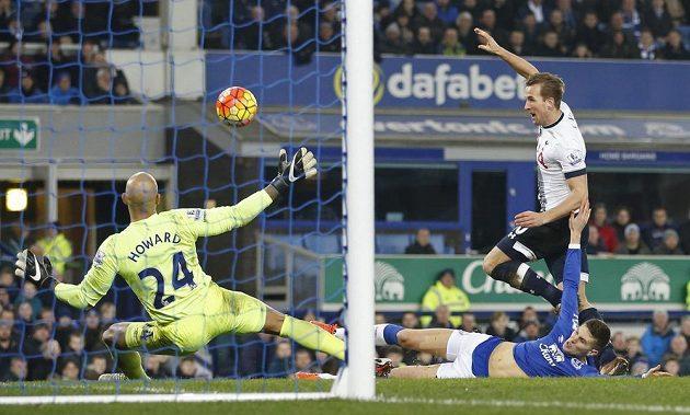 Harry Kane z Tottenhamu před brankářem Evertonu Timem Howardem.