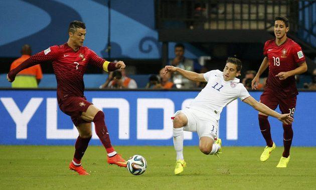 Americký záložník Alejandro Bedoya (v bílém dresu) se pokouší zastavit Portugalce Cristiana Ronalda. Vpravo přihlíží obránce André Almeida.