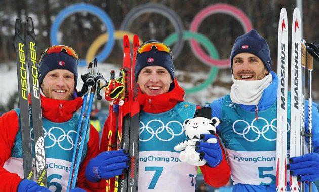 Kompletně norské stupně vítězů závodu ve skiatlonu na olympijských hrách v Koreji. Vítězný Simen Krüger (uprostřed), druhý Martin Johnsrud Sundby (vlevo) a třetí Hans Christer Holund.