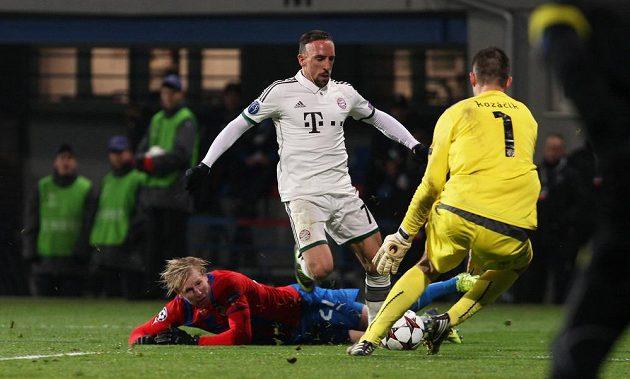 Franck Ribéry (v bílém) překonal ležícího Františka Rajtorala, ale plzeňského gólmana Matúše Kozáčika neprostřelil.
