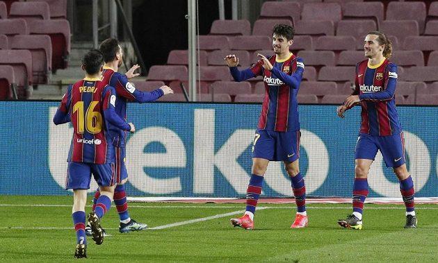 Radost v podání fotbalistů Barcelony po vstřeleném gólu v utkání španělské ligy.