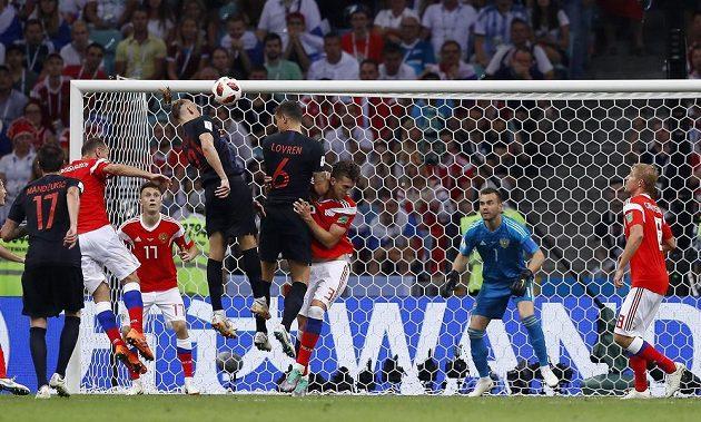 Stoper Chorvatska Domagoj Vida dává v prodloužení gól na 2:1.