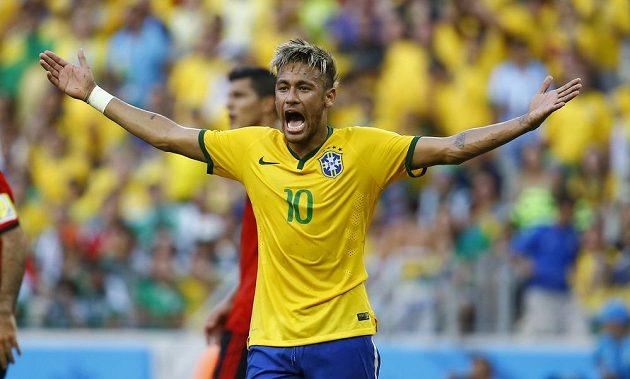 Brazilský útočník Neymar není spokojen s verdiktem rozhodčích.