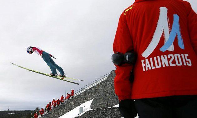 Trénink skokanů na lyžích při MS ve Falunu - ilustrační snímek, na kterém je zachycen Ital Roberto Dellasega.