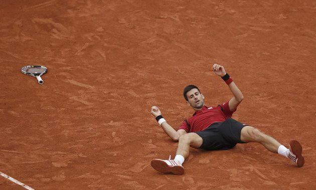 Srbský tenista Novak Djokovič se raduje z vítězství ve finále French Open.