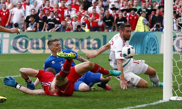 Islanďan Birkir Saevarsson (v modrém dresu) vlastním gólem srovnává na 1:1 bitvu s Maďary. Vpravo Daniel Böde, vlevo brankář Hannes Halldorsson.