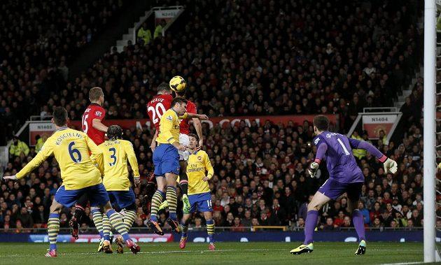 Útočník Manchesteru United Robin van Persie (čtvrtý zleva) střílí gól do sítě Arsenalu.