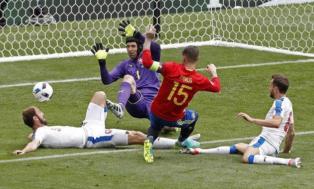 Z téhle šance Sergio Ramos míč do české branky nedostal.