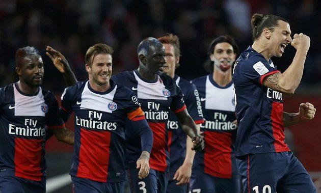 David Beckham (druhý zleva) se loučil s Paříží jako kapitán... Na snímku slaví se spoluhráči gól Zlatana Ibrahimovice (vpravo).