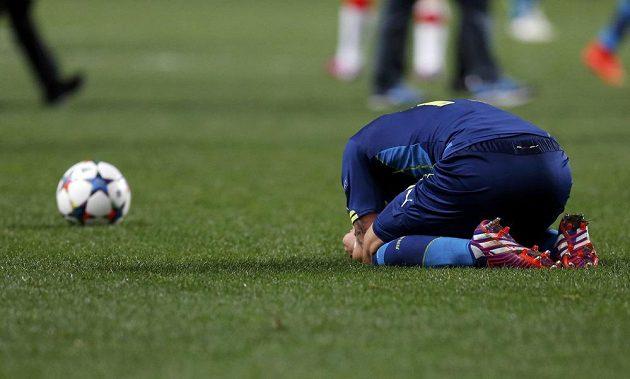 Zklamaný záložník Arsenalu Mesut Özil po skončení odvetného osmifinálového duelu Ligy mistrů v Monaku.