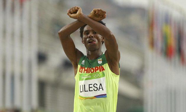 A teď do basy? Stříbrný etiopský maratónec Feyisa Lilesa dal hned v cíli najevo podporu příslušníkům kmene, jimž prý chce vláda v jeho zemi sebrat půdu. Protesty trestá a běžec má obavu, že i jeho zavřou.