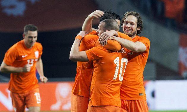 Nizozemští fotbalisté slaví gól v přípravném zápase s Mexikem, z vítězství 3:2 se však radovali hráči Tricolor.