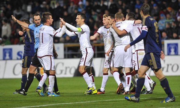 Fotbalisté pražské Sparty se radují v Olomouci z vyrovnávacího gólu.