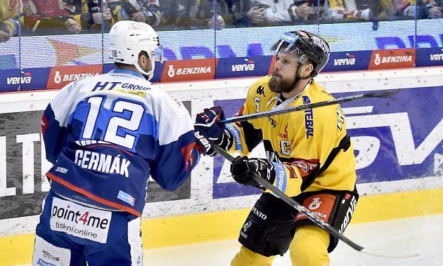 Leoš Čermák z Brna a Michal Trávníček z Litvínova v souboji během extraligového utkání.