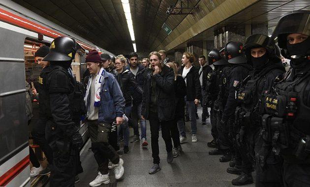 Fanoušci FC Kodaň vpodvečer na stanici metra Můstek, odkud se přesouvali za asistence policistů na stadion v Edenu.