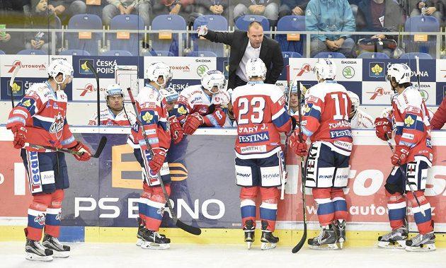 Pardubický trenér Richard Král promlouvá k hráčům během utkání v Brně.