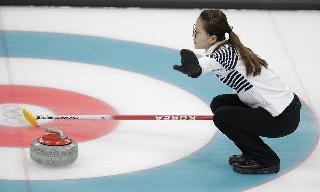 Korejka Kim Eun-jung v ženském finále v curlingu, kde bojoval o zlato domácí výběr se Švédkami.