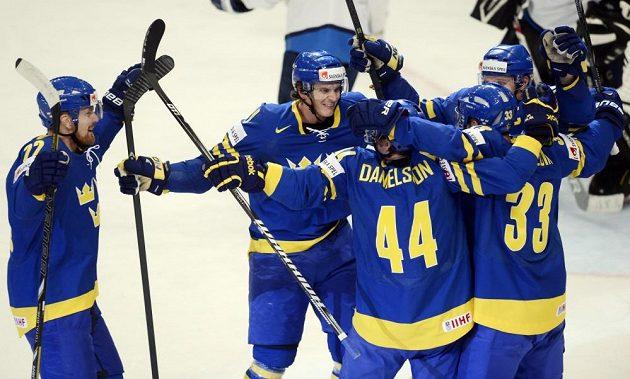 Hráči Švédska se radují z gólu proti Finsku.
