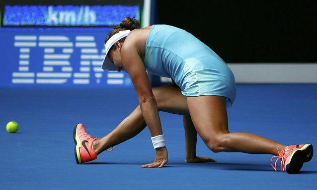 Barbora Strýcová se zvedá z kurtu během osmifinále Australian Open.