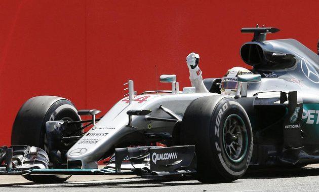 Lewis Hamilton slaví, právě vyhrál potřetí za sebou Velkou cenu Británie.