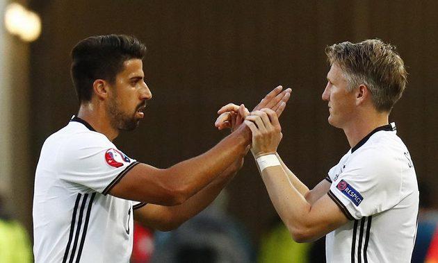 Sami Khedira (vlevo) kvůli zranění brzy čtvrtfinále dohrál, nahradil ho Bastian Schweinsteiger.