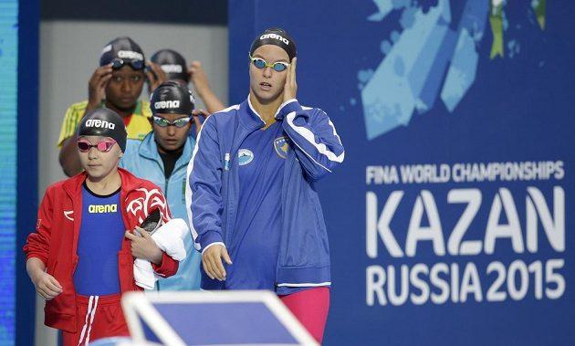 Desetiletá Alzain Tareqová (vlevo) z Bahrajnu se chystá na závod 50 m motýlek na mistrovství světa v ruské Kazani.