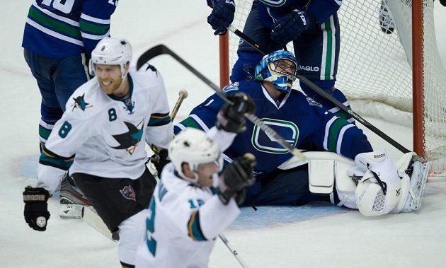 Žraloci se radují po gólu Tomáše Hertla do sítě Vancouveru.