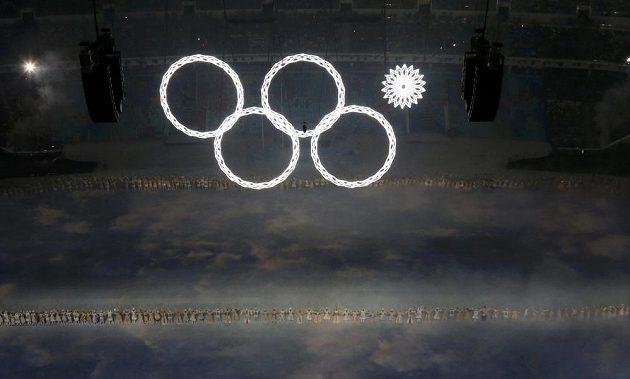 Chybička se vloudila... V úvodu zahájení zimních her v Soči se na stadiónu Fišt rozsvítily jen čtyři z pěti olympijských kruhů.