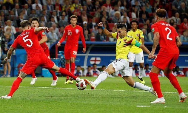 Kolumbijský útočník Falcao se neúspěšně probíjí skrz anglickou obranu. Stoper John Stones mu odebírá čistým způsobem míč.