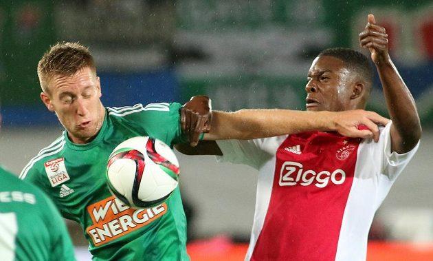 Fotbalista Rapidu Vídeň Robert Beric (vlevo) a Riechedly Bazoer z Ajaxu v předkole Ligy mistrů.