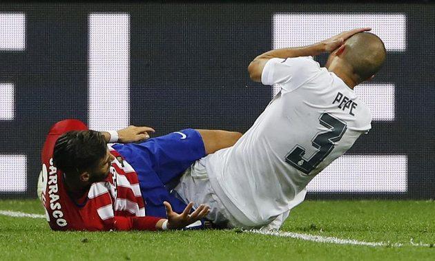 Yannick Carrasco z Atlétika trefil ve finále Ligy mistrů Pepeho nechtěně do spánku, portugalský zadák ale po úderu svého soupeře vypadal, že mu hlava upadne.