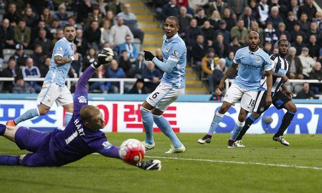 Vurnon Anita (zcela vpravo) střílí vyrovnávací gól Newcastlu v ligové dohrávce proti Manchesteru City.
