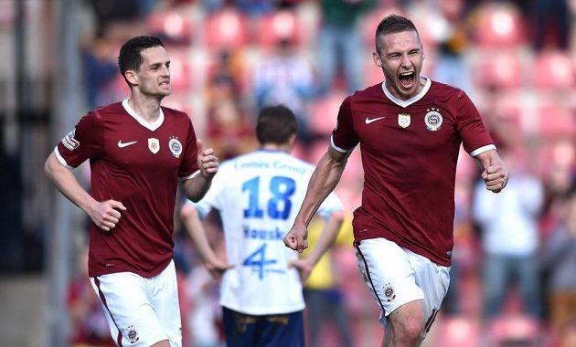 Sparťanský obránce Pavel Kadeřábek slaví gól proti Olomouci. Vlevo je další zadák Letenských Mario Holek.