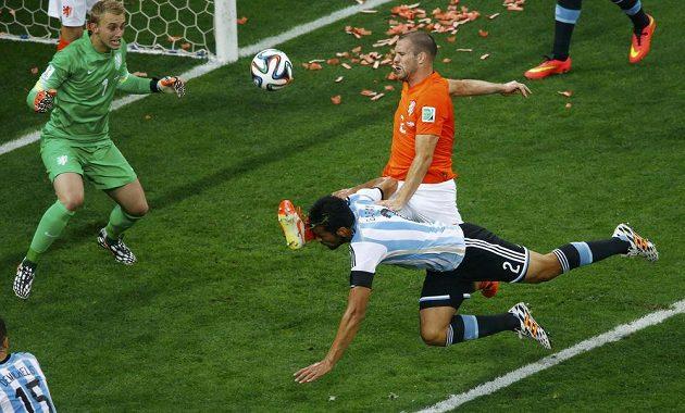Argentinec Ezequiel Garay se v semifinále s Nizozemci pokoušel hlavou překonat Jaspera Cillessena, bránil mu v tom Ron Vlaar.
