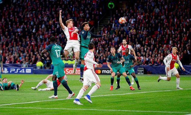 Matthijs de Ligt střílí hlavou gól Ajaxu Amsterdam v odvetném semifinálovém utkání Ligy mistrů proti Tottenhamu.