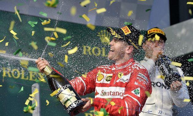 Sebastian Vettel během ceremoniálu po VC Austrálie