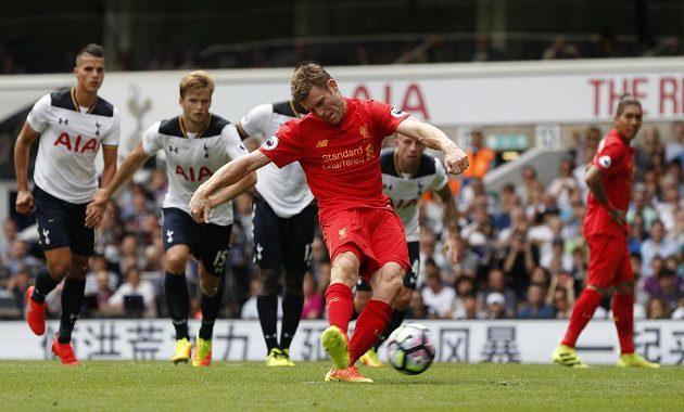 Liverpoolský James Milner proměňuje penaltu na hřišti Tottenhamu.