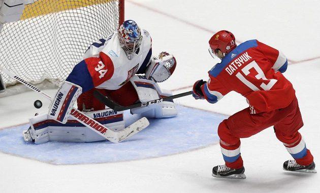 Ruský útočník Pavel Dacjuk se snaží překonat českého brankáře Petra Mrázka během přípravného zápasu v Petrohradu.