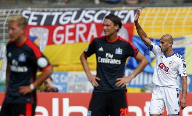 Velimir Jovanovič z Jeny (vpravo) se raduje z postupu, zatímco hráči Hamburku nevěří svým očím. HSV právě vypadl z Německého poháru.