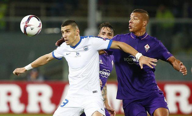 Miroslav Markovič z Liberce (vlevo) si kryje míč před Sebastianem de Maiem z Fiorentiny.