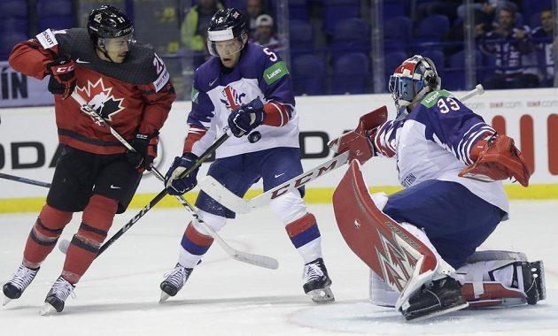 Britský gólman Ben Bowns se spoluhráčem Benem Daviesem a Kanaďan Mathieu Joseph.