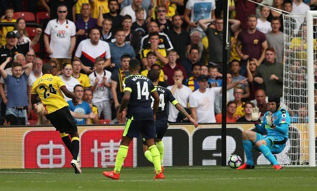 Odion Ighalo z Watfordu si na gólmana Arsenalu Petra Čecha nepřišel.
