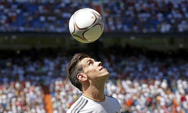Gareth Bale hlavičkuje na oficiálním představení na Santiago Bernabéu.
