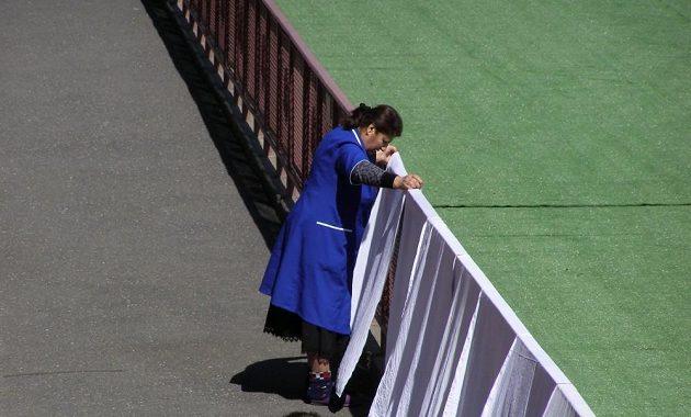 Na Stadiónu republiky v Jerevanu, kde se bude hrát úterní kvalifikační utkání Arménie - Česko, posloužily reklamní panely během pondělního odpoledne jako sušák prádla.