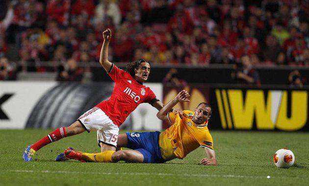 Lazar Markovič (vlevo) z Benfiky bojuje s Giorgiem Chiellinim z Juventusu.